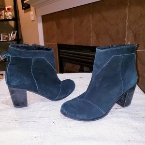 TOMS SUEDE SIDE ZIP UP ANKLE BOOTS